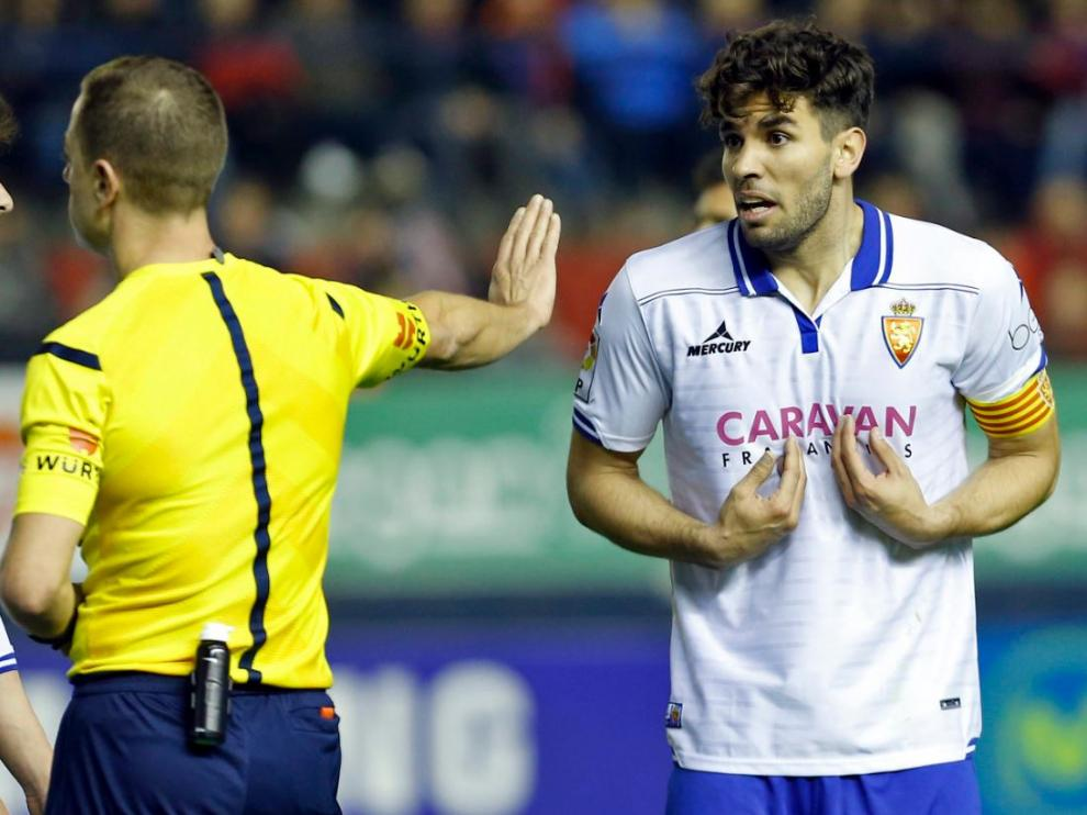 Cabrera, sorprendido, recibe la segunda amarilla de Eiriz Mata que supuso su expulsión en Pamplona hace un mes.