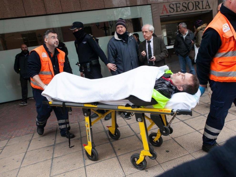 Daniel Giménez, conductor de Auzsa, es trasladado por la ambulancia tras ser agredido por un directivo de la empresa
