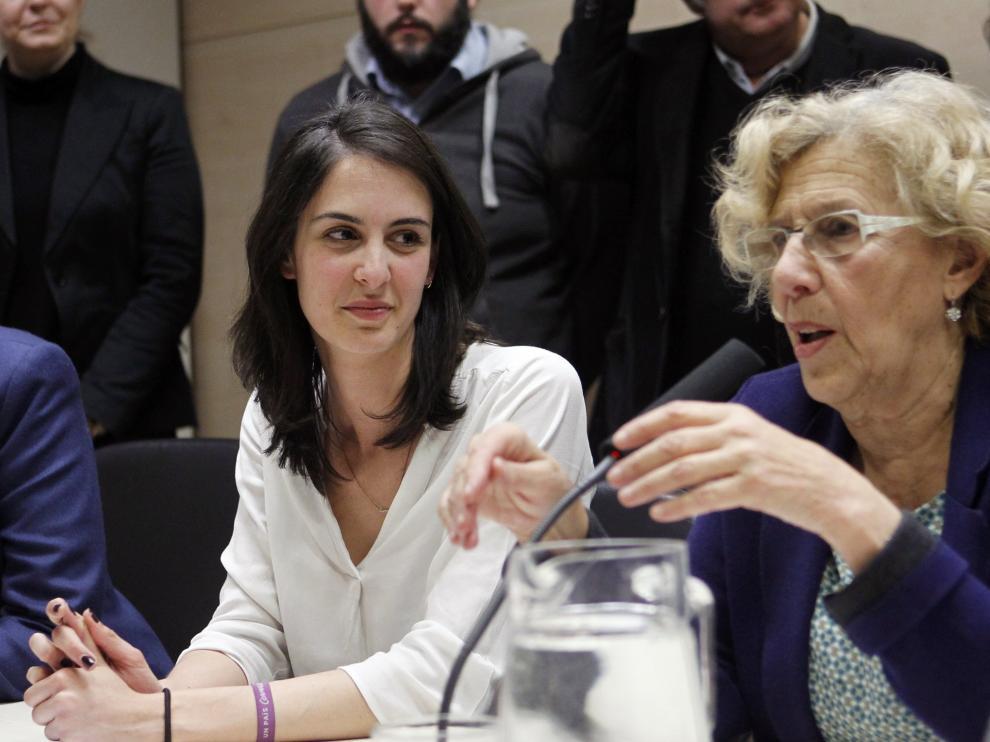 Rita Maestre junto a Manuela Carmena, este viernes durante la rueda de prensa ofrecida tras conocerse su condena.