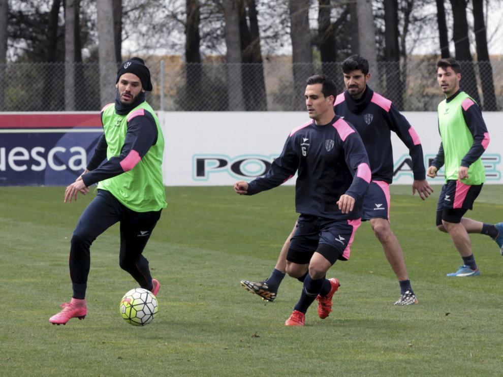 Los jugadores del Huesca, durante un entrenamiento