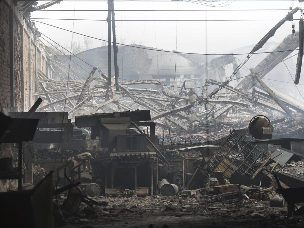 Los almacenes de Galletas Asinez y Neumáticos Martínez arrasados, en una foto tomada el pasado viernes.