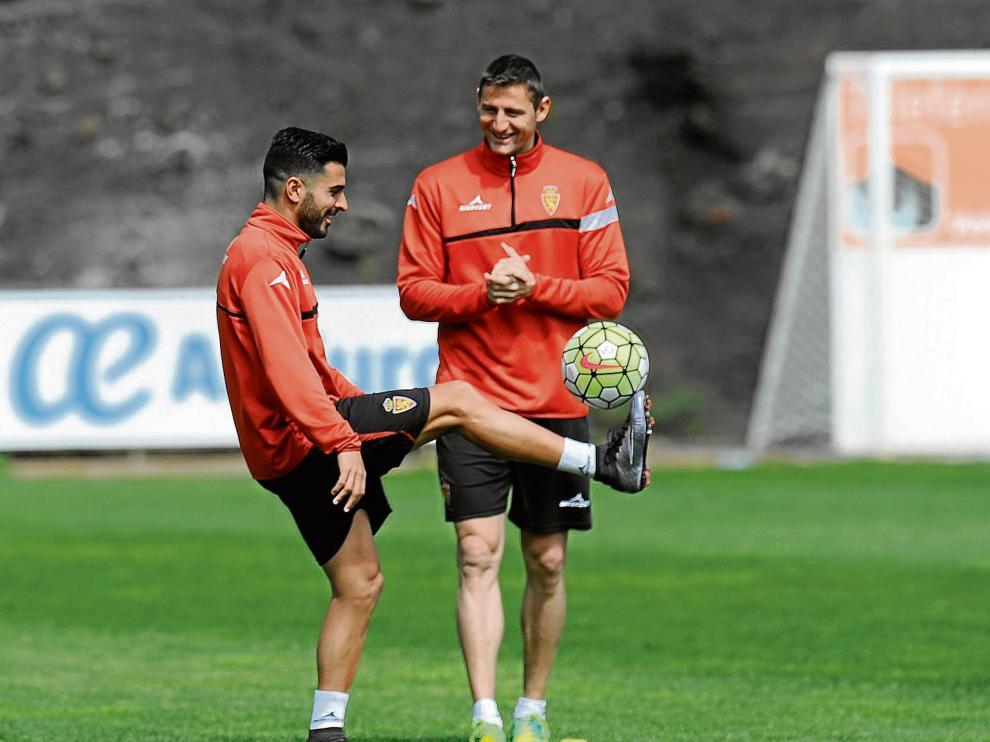 Ángel, junto a Rubén, en las instalaciones de El Mundialito, donde entrenó ayer el Real Zaragoza.