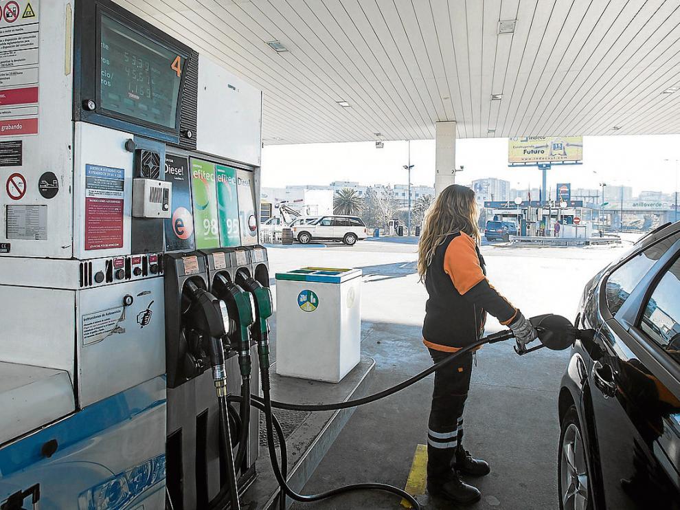 Repostar gasolina puede salir más caro en estos días.