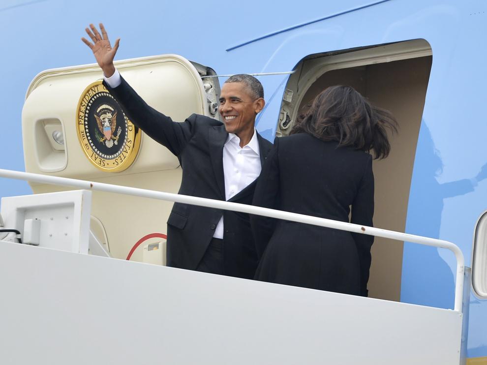 El presidente de EE. UU. Barack Obama embarca junto a la Primera Dama Michelle Obama en el Air Force One