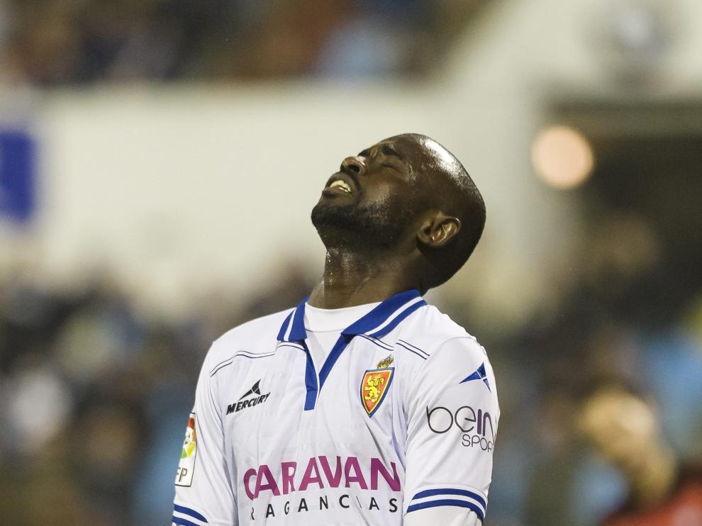 Pape Diamanka se lamenta de una ocasión perdida en el partido jugado ante el Mirandés.