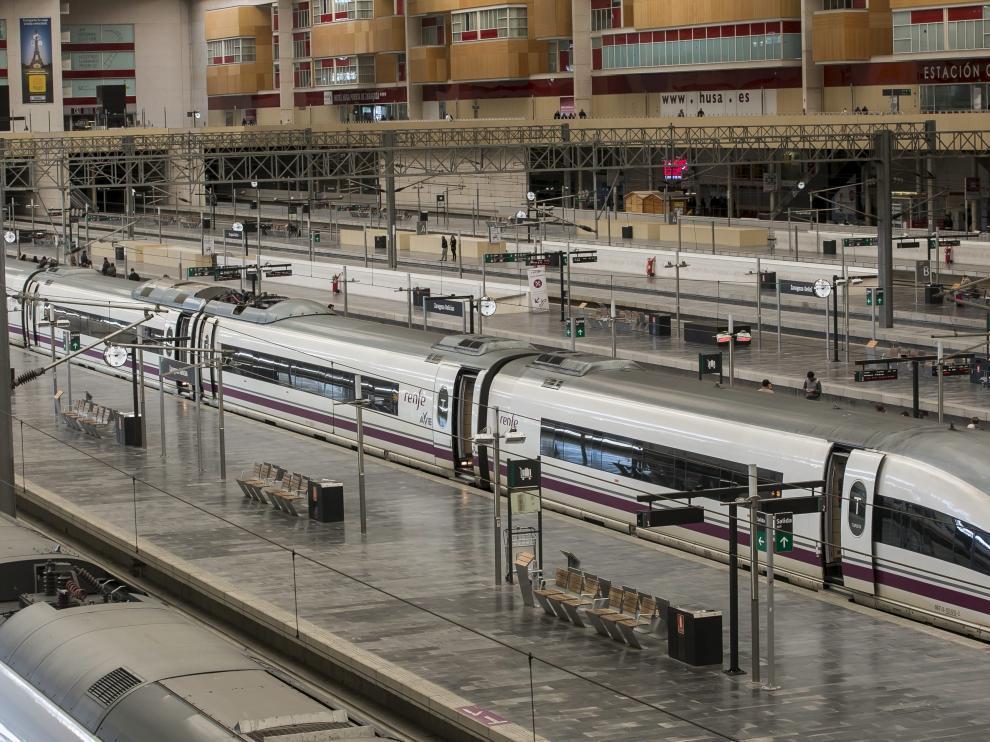 Varios trenes, en la estación de Delicias de Zaragoza.