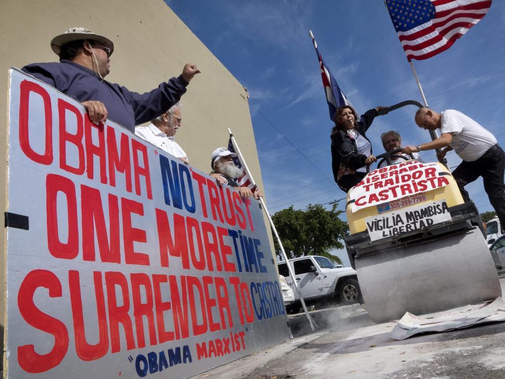 Exiliados cubanos en Miami se manifiestan contra la visita de Barack Obama a Cuba.