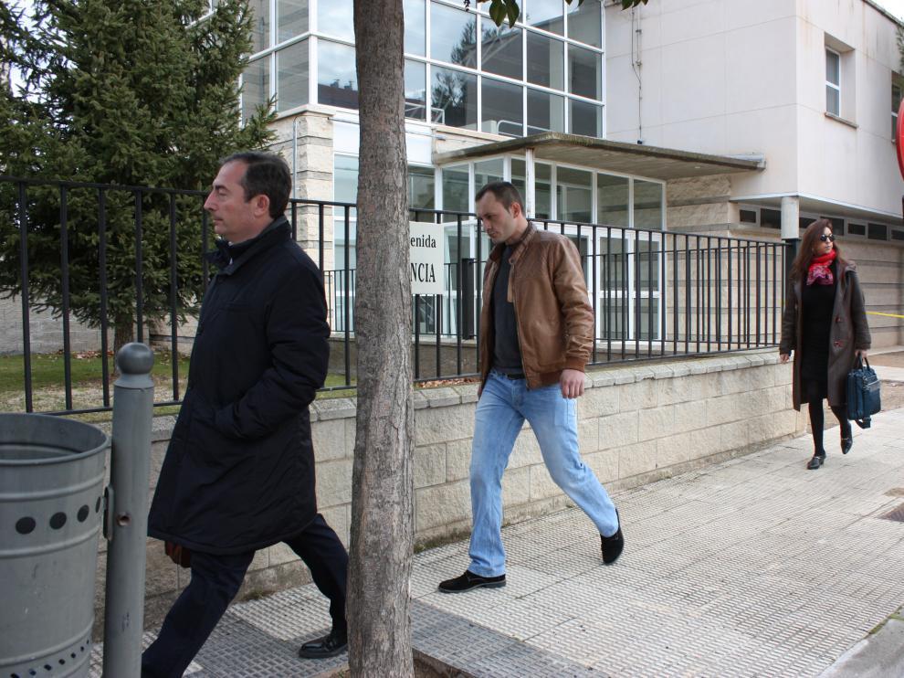 Silviu Rosca –con cazadora marrón- extrabajador de los Franco, acudió al Juzgado de Calamocha a declarar.