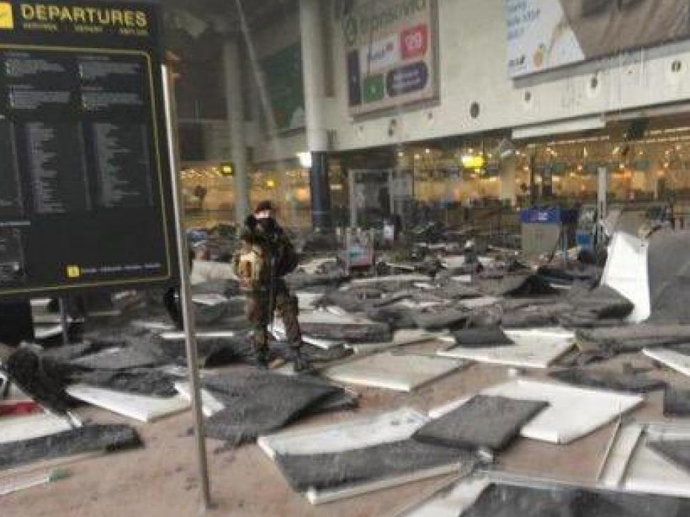 El interior del aeropuerto ha quedado muy dañado.