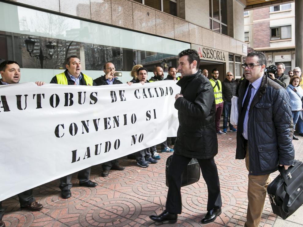 Los responsables de Auzsa entran en la reunión del SAMA ante trabajadores en huelga, ayer por la mañana.