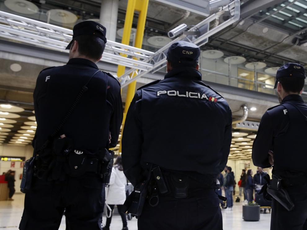 Policías nacionales este martes en el aeropuerto de Barajas.
