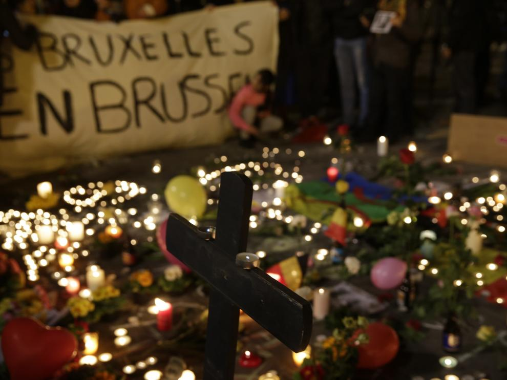 Homenaje a las víctimas, frente al edificio de la Bolsa en Bruselas.