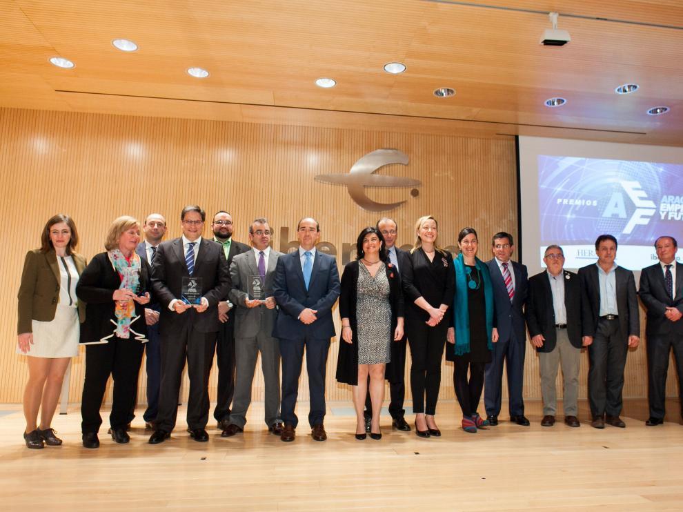 Los premiados, los finalistas y los organizadores de los premios 'Aragón, empresa y futuro' tras la entrega de las distinciones en Ibercaja, ayer en Zaragoza.
