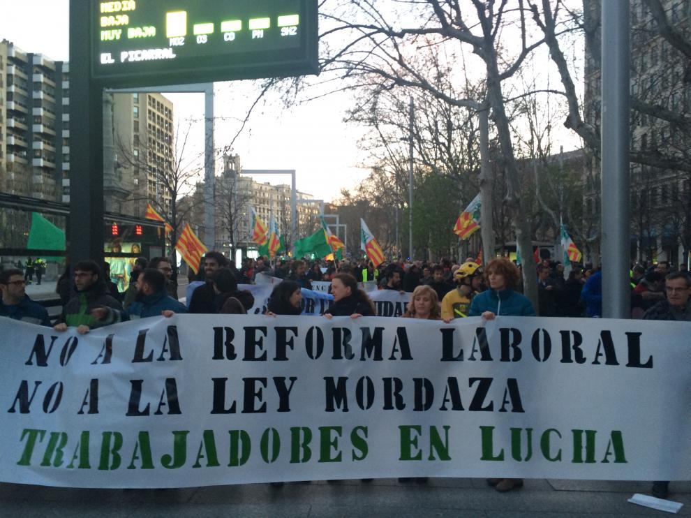 Una docena de colectivos se movilizan en contra de la reforma laboral.