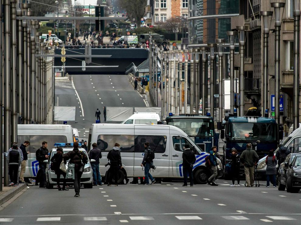 La Policía cierra el paso a la estación de metro de Maalbeek.