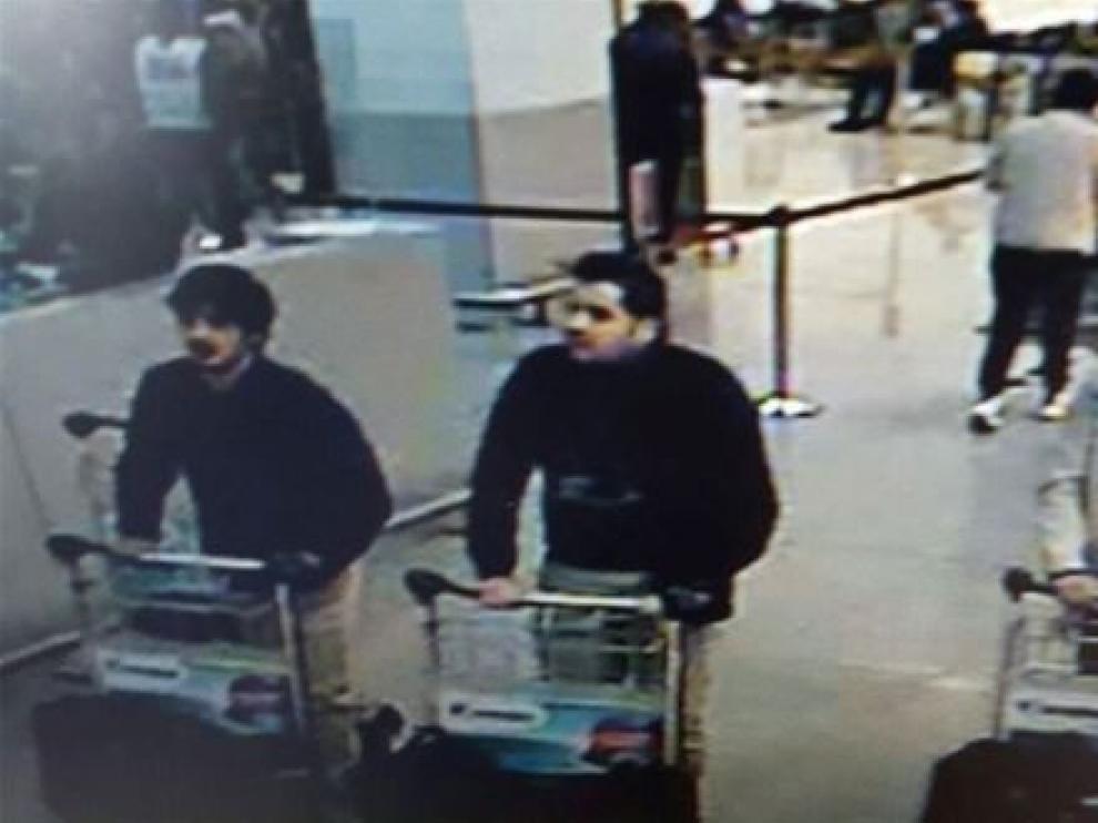 En la imagen se puede observar cómo dos de los sospechosos llevan guantes en una sola mano