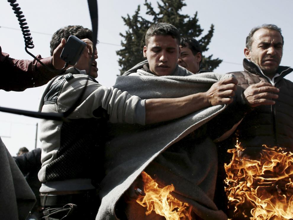 Momento en el que el refugiado se prendió fuego.
