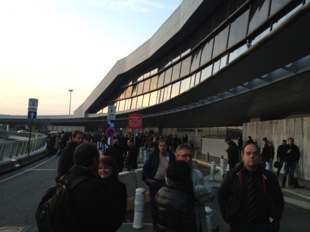 Decenas de viajeros en el exterior del aeropuerto de Toulouse.