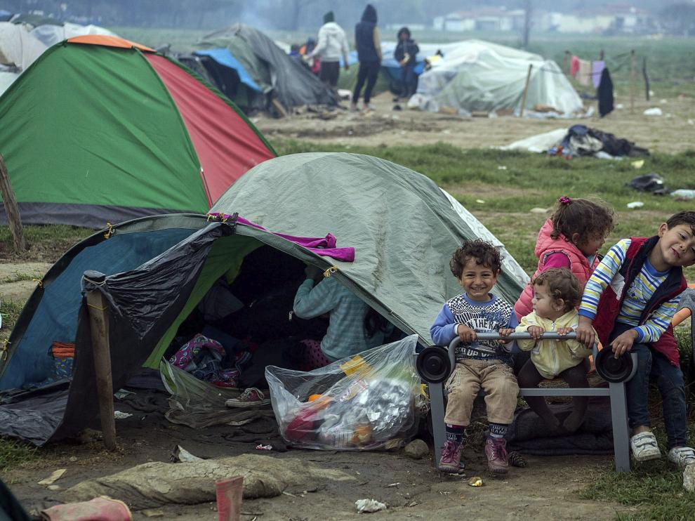 Niños refugiados sirios en el campo de Idomeni, al norte de Grecia.