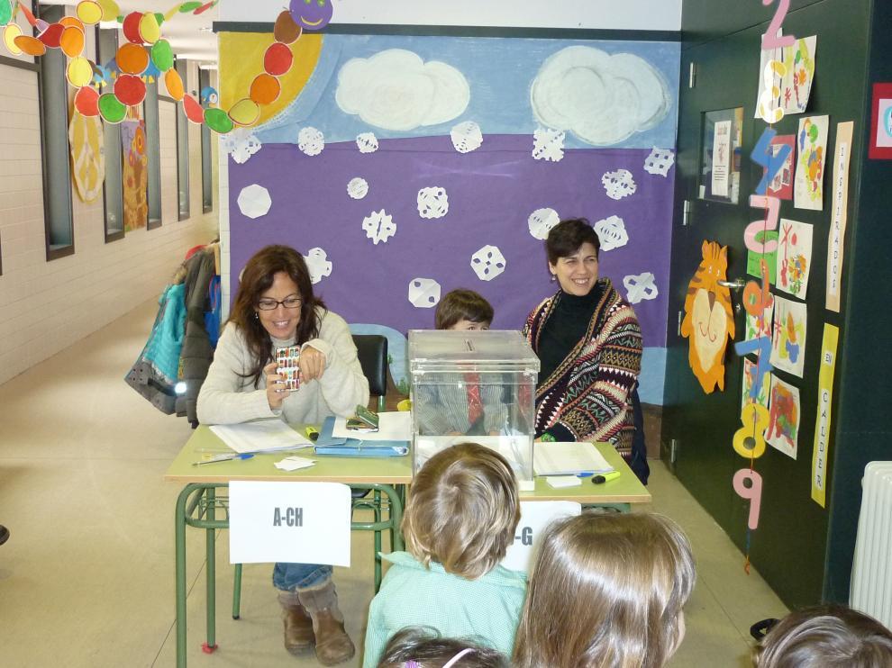 'Votación' con niños en el colegio San Juan de la Peña de Jaca, el mismo día que votaron los padres.