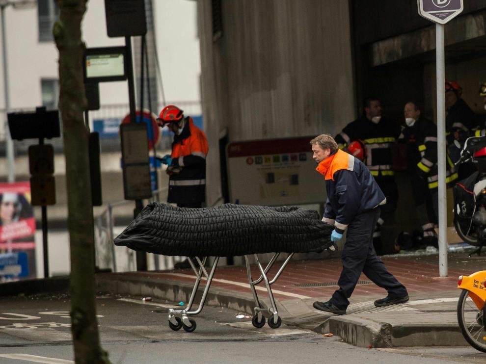 Traslado de uno de los fallecidos en los atentados