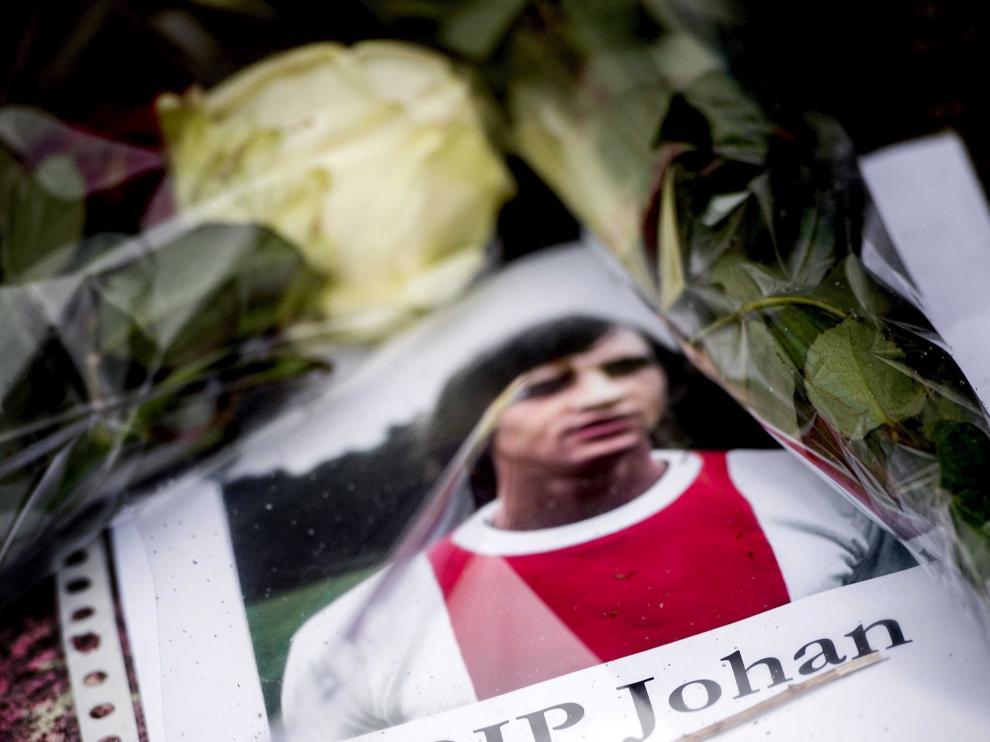 Flores junto a una foto de Cruyff en un homenaje en Holanda.