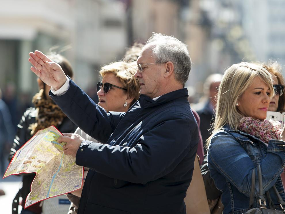 Turistas en la calle de Alfonso I de Zaragoza.