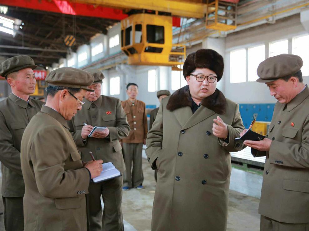El líder de Corea del Norte, Kim Jong-un,  visita una planta de maquinara en Seúl este jueves
