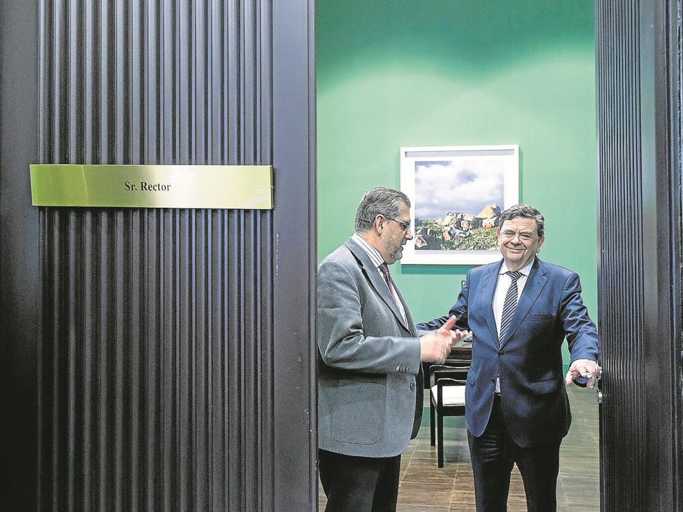 Mayoral y López, en el despacho de rectorado, mirando cómo adaptar el espacio a las necesidades de su nuevo ocupante.