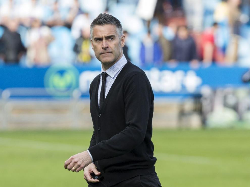 Lluís Carreras abandona el campo con gesto torcido al finalizar un partido del Real Zaragoza.