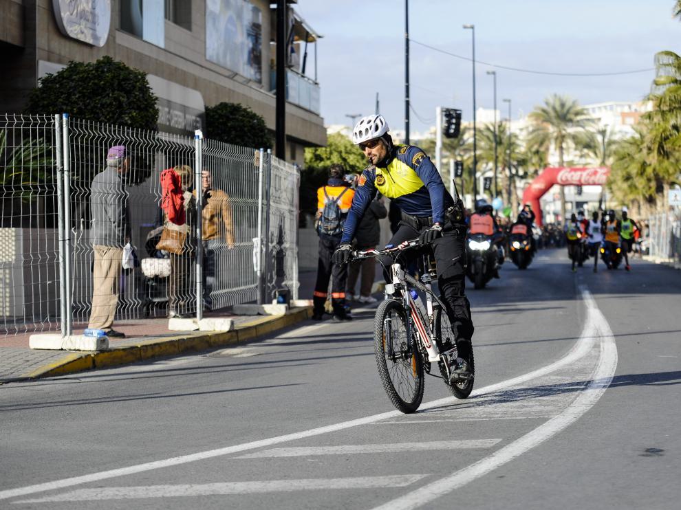 Un policía en bici en Elche.