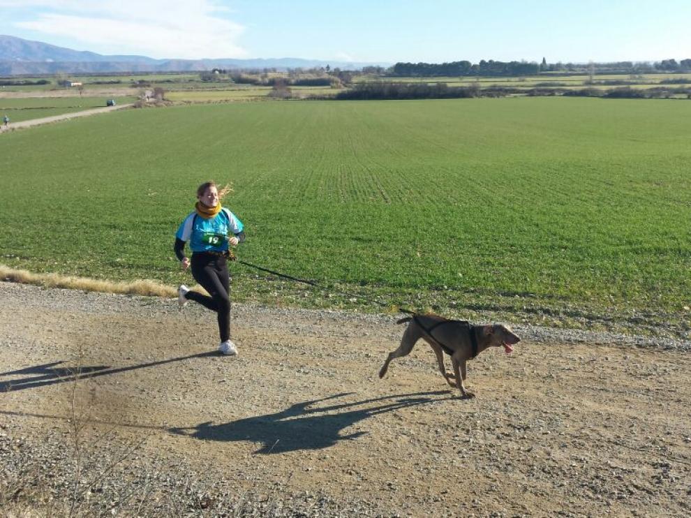 Una corredora y su perro, en una prueba de canicross