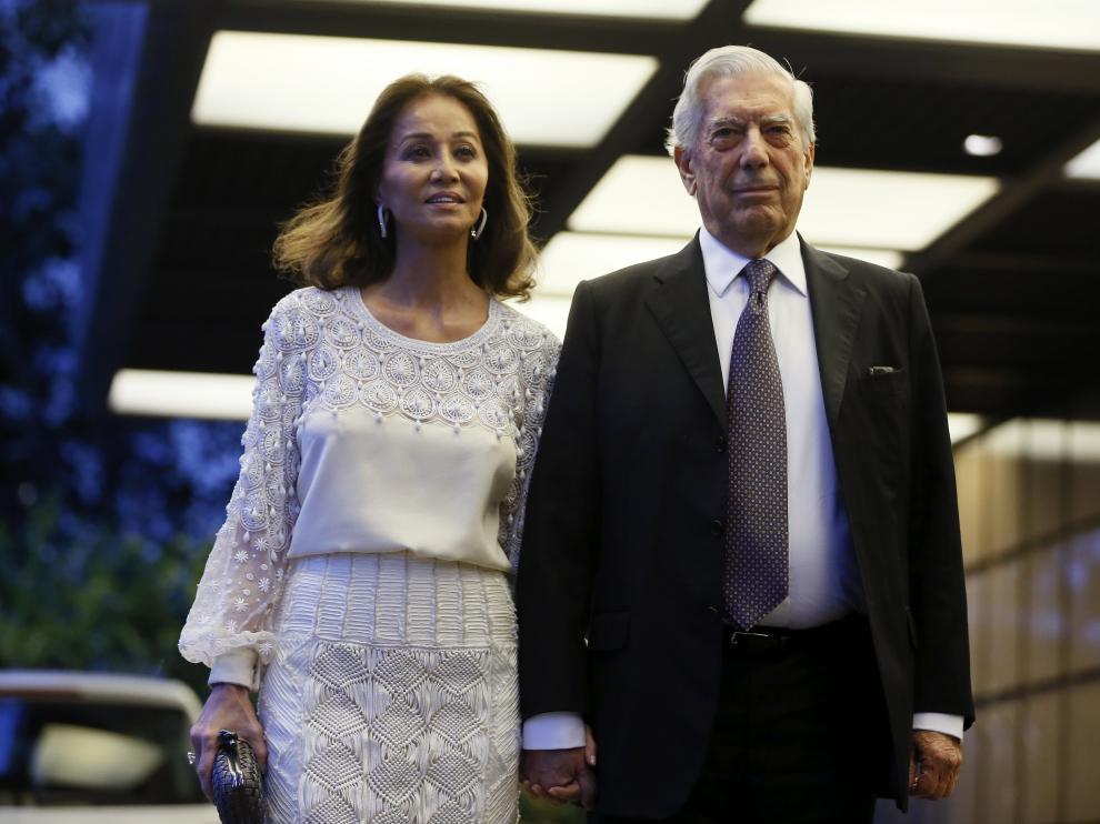 Vargas Llosa e Isabel Preysler a su llegada a la cena de celebración por el 80 cumpleaños del escritor.