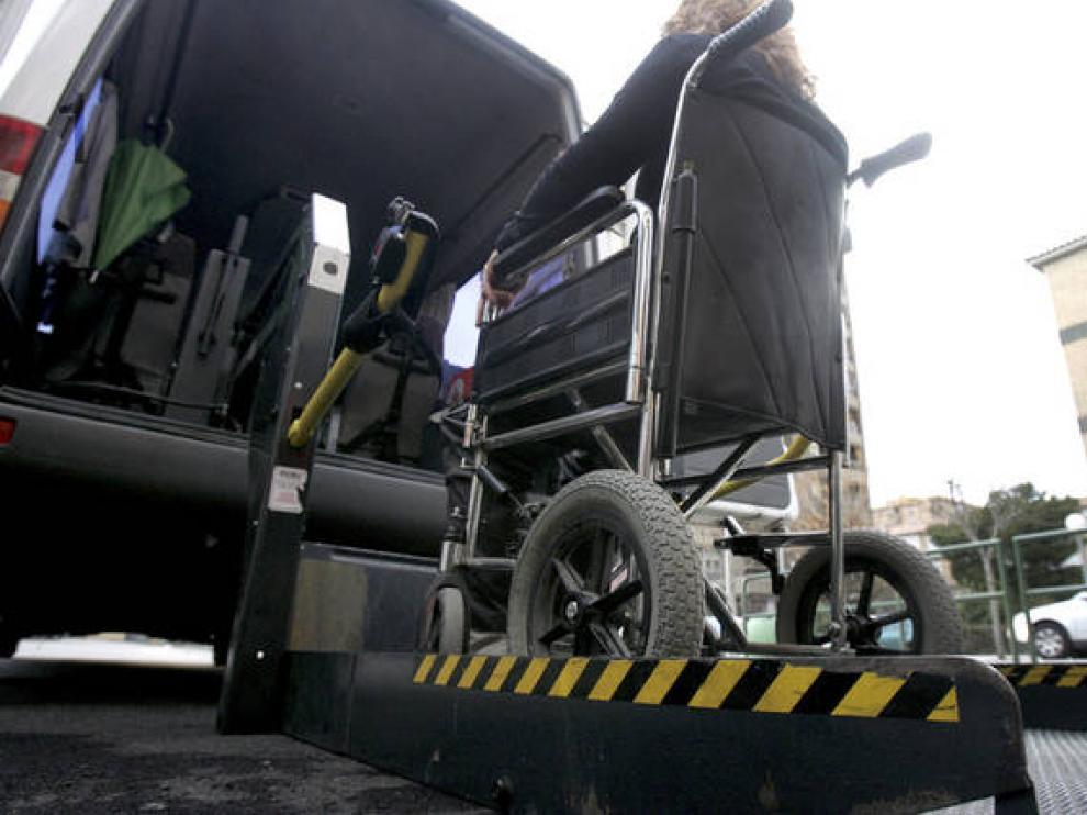 Persona discapacitada accediendo a un vehículo adaptado en una imagen de archivo