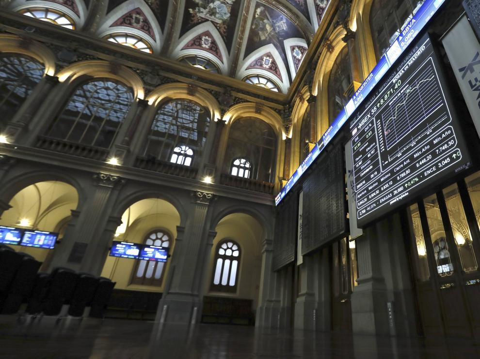 La Bolsa Española vuelve a niveles de finales de febrero tras caer el 2,44 %.