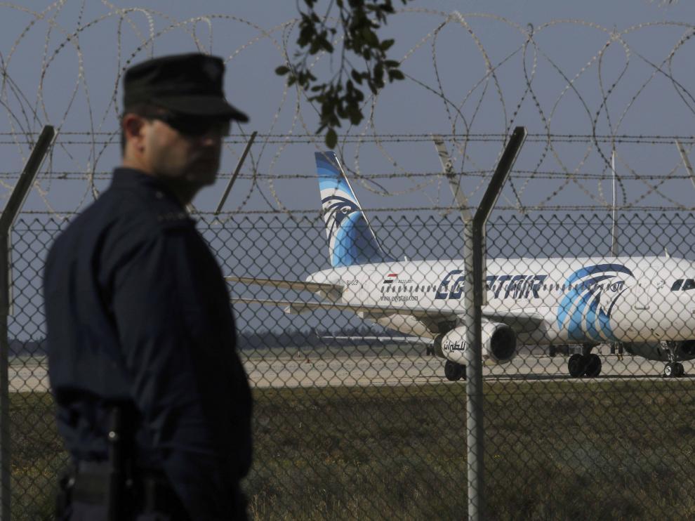 Un policía chipriota frente al avión egipcio secuestrado