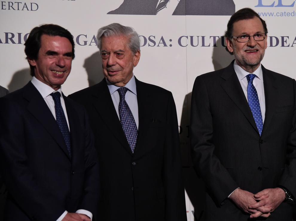 Aznar, Vargas Llosa y Rajoy posan juntos al comienzo del seminario 'Vargas Llosa: cultura, ideas y libertad'.