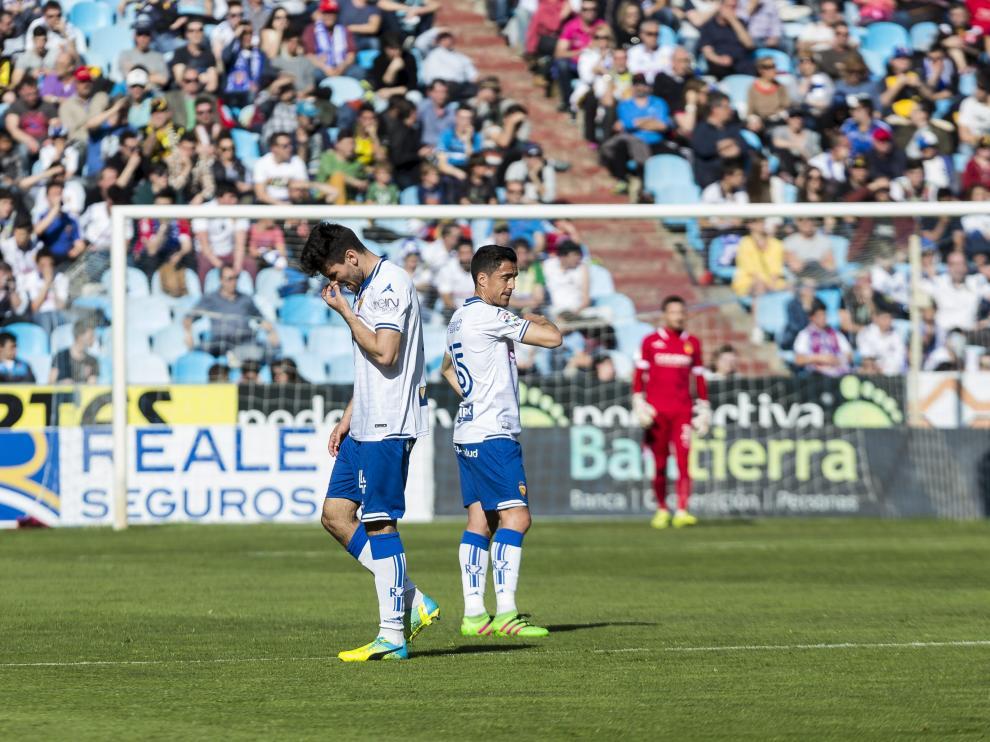 Leandro Cabrera, cabizbajo, se marcha del campo expulsado en el minuto 27 en el último partido ante el Girona.