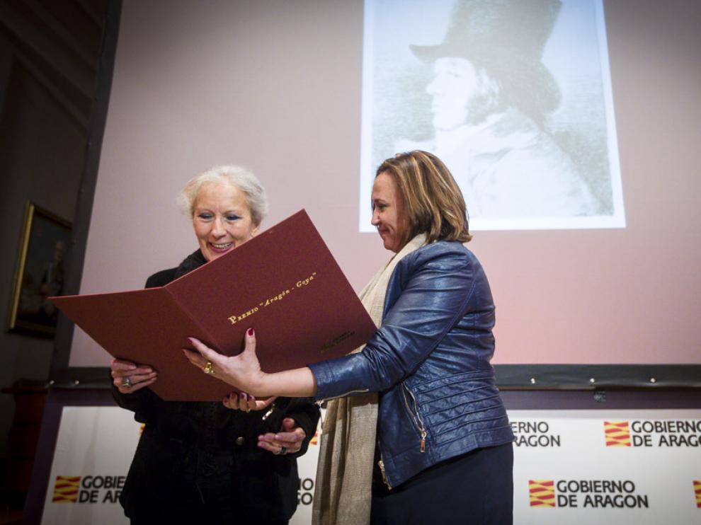 Mayte Pérez hace entrega del Premio Aragón-Goya 2015 a la artista oscense Teresa Ramón.