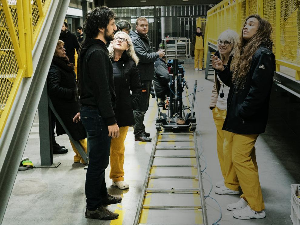 Álex Rodrigo, en primer plano a la izquierda, da instrucciones durante el rodaje de la segunda temporada
