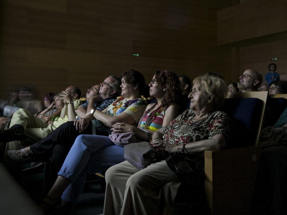 Espectadores visionan una película en la sala de cine del Centro Joaquín Roncal de Zaragoza.