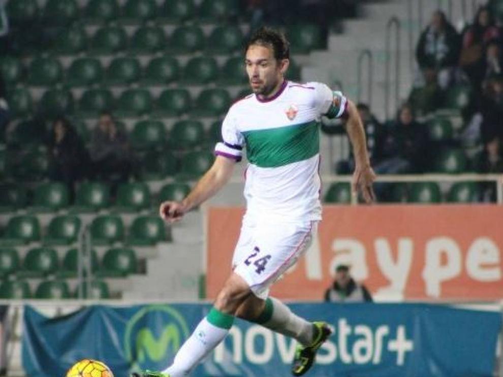 Lolo, exzaragocista ahora capitán del Elche, en un partido reciente con el equipo franjiverde en el estadio Martínez Valero.