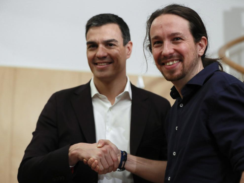 Los líderes del PSOE, Pedro Sánchez (i), y de Podemos, Pablo Iglesias (d), al inicio de la reunión que han mantenido hoy