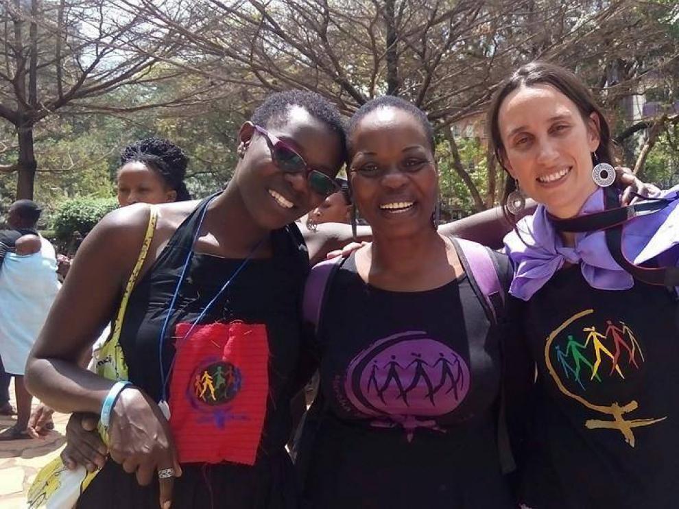 Eva Anadón (tercera en la foto) posa con dos compañeras de la Marcha Mundial de las Mujeres en Mozambique.