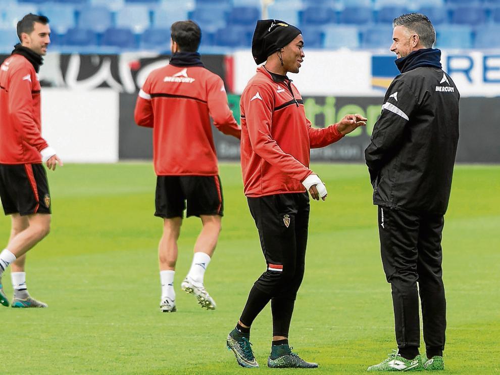 Hinestroza conversa con Carreras en el entrenamiento de ayer.