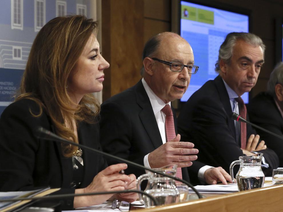 El ministro de Hacienda y Administraciones Públicas, Cristóbal Montoro (2i), junto a la secretaria de Estado de Presupuestos y Gastos, Marta Fernández Currás (i), el secretario de Estado de Hacienda, Miguel Ferre (2d), y el secretario de Estado de Admini