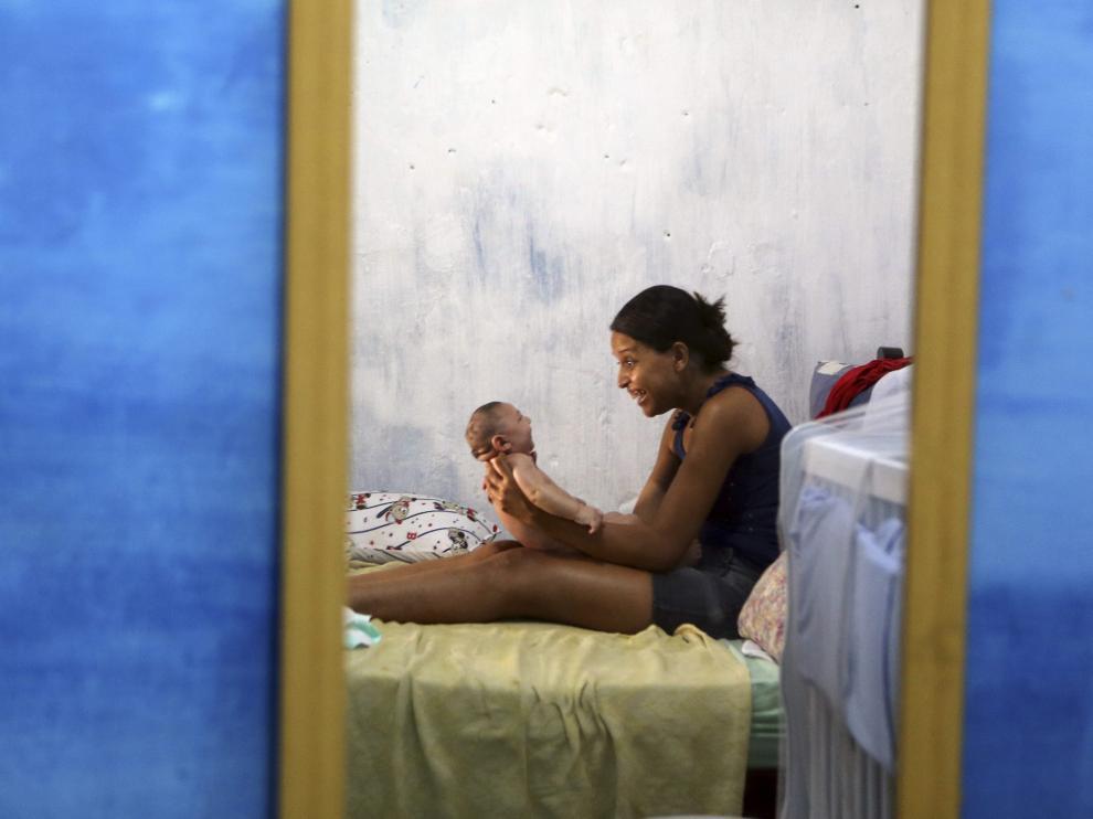 Una mujer brasileña, junto a su hijo con microcefalia debido al zika