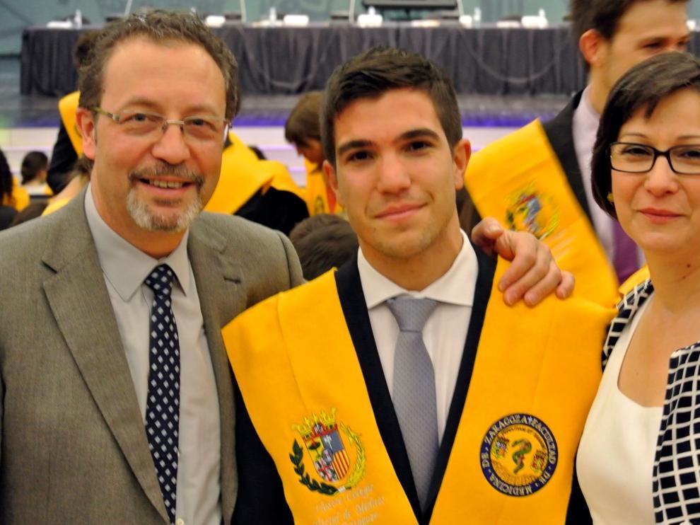 Gonzalo junto a sus padres el día de su graduación.