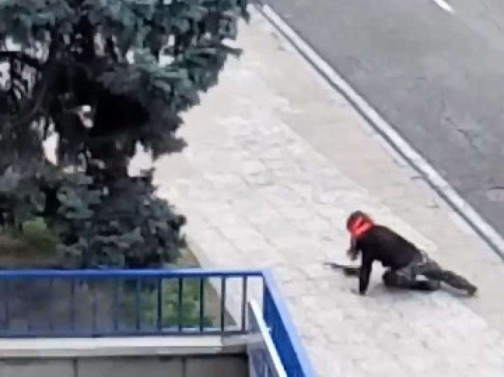 ?Una guardia civil vestida de Rambo y con rifle de juguete causa alarma en Madrid