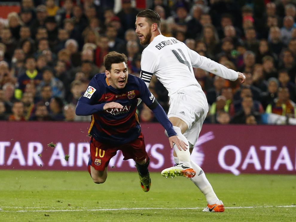 Leo Messi y Sergio Ramos en una jugada del clásico
